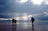 walks;tramper;trampers;tramping;tramp;pack;backpack;hiker;hike;hikers;walk;walker;walkers;walking;hiking;beach;beaches;godrays;god_rays;god-rays;clouds;stormy;overcast;light;dusk;grey;people;persons;walking;short;sand