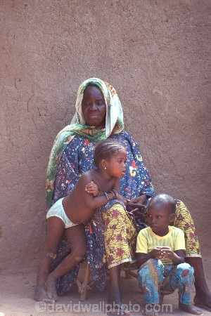 africa;african;africans;black;ethnic;people;person;persons;mother;child;children;babies;baby;portrait;portraits;culture;cultural;cultures;tribe;tribes;tribal;indigenous;native;woman;mali;malian;fana;west-africa;girl;girls;boy;boys;family;families